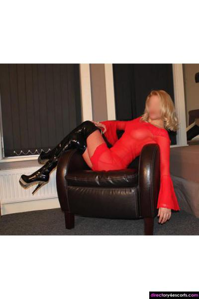 CHELSEA - Blonde MILF who excels in a dirty PSE