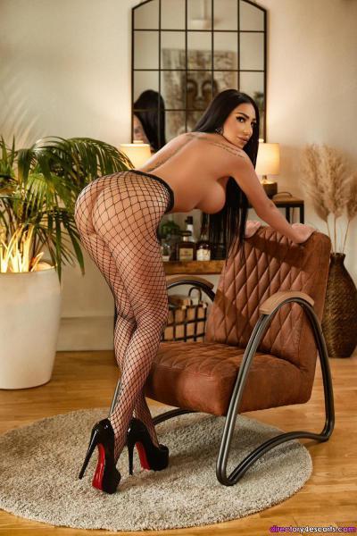Aliya high-class busty brunette escort